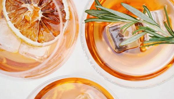 Verres étincelants remplis d'un cocktail vénitien Spritz