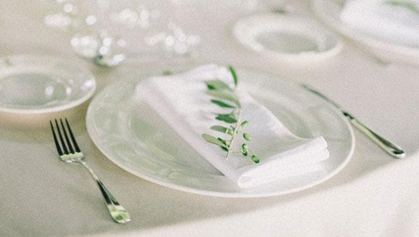 Décoration de table blanche champêtre parfaitement propre